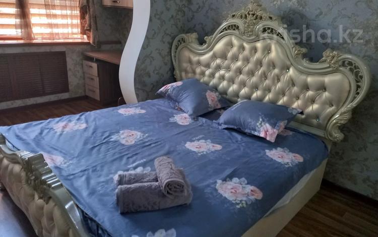 3-комнатная квартира, 100 м², 3/5 этаж посуточно, Адырбекова 4 — Рысқұлова за 22 000 〒 в Шымкенте, Енбекшинский р-н