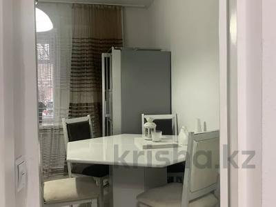 4-комнатная квартира, 120 м², 1/5 этаж помесячно, Кайсенова 123/1 за 450 000 〒 в Усть-Каменогорске — фото 2
