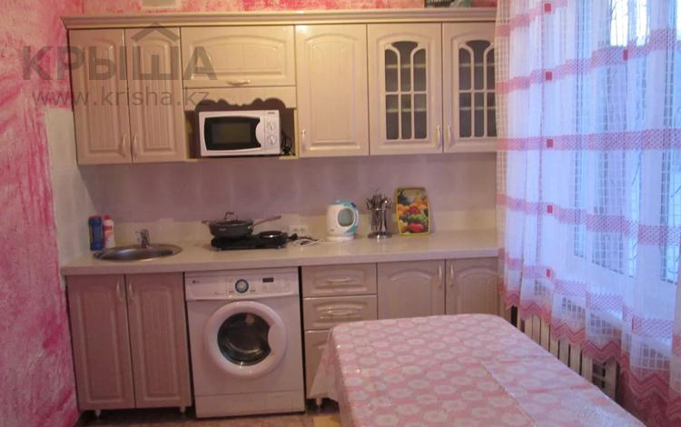 1-комнатная квартира, 33 м², 1/5 этаж посуточно, Aуэзова 33 за 6 000 〒 в Семее