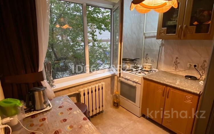 3-комнатная квартира, 50 м², 2/5 этаж посуточно, мкр Центральный 118г за 10 000 〒 в Атырау, мкр Центральный
