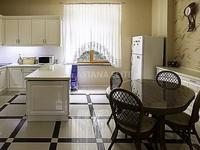 8-комнатный дом помесячно, 640 м², 15 сот.