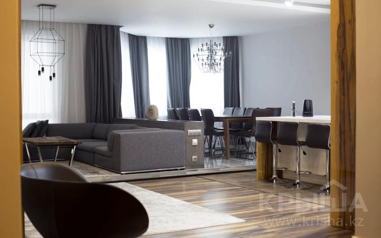 4-комнатная квартира, 185 м² помесячно, Аль-Фараби 21 за ~ 1.5 млн 〒 в Алматы, Медеуский р-н