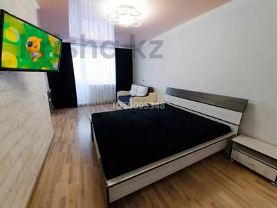 1-комнатная квартира, 38 м², 3/5 этаж посуточно, проспект Бухар Жырау 75 за 8 000 〒 в Караганде, Казыбек би р-н
