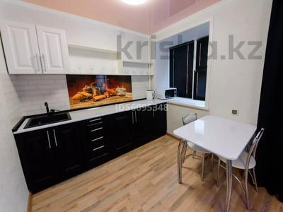 1-комнатная квартира, 38 м², 3/5 этаж посуточно, проспект Бухар Жырау 75 за 8 000 〒 в Караганде, Казыбек би р-н — фото 3