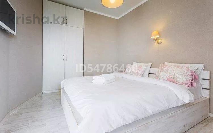 1-комнатная квартира, 52 м², 7/9 этаж посуточно, Достык 12 — Акмешит за 8 500 〒 в Нур-Султане (Астана)