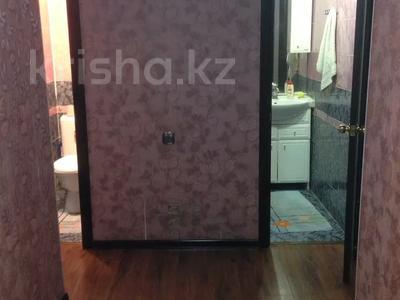 3-комнатная квартира, 60 м², 3/5 этаж помесячно, Азаттык 49а за 130 000 〒 в Атырау — фото 2