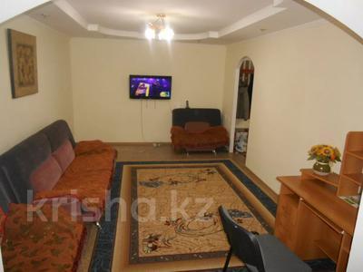 2-комнатная квартира, 79 м², 3/10 этаж посуточно, мкр 5, Алии Молдагуловой 5А за 8 000 〒 в Актобе, мкр 5