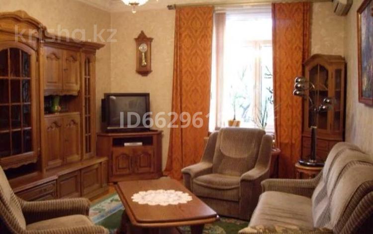 3-комнатная квартира, 77 м², 1/5 этаж, Лободы 7 — Алиханова за 54 млн 〒 в Караганде, Казыбек би р-н