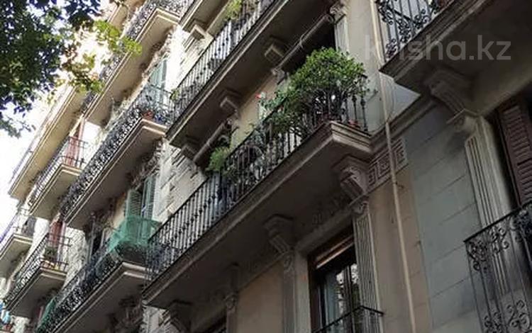3-комнатная квартира, 62 м², 2/5 этаж, Concell de Cent 198 за 164 млн 〒 в Барселоне