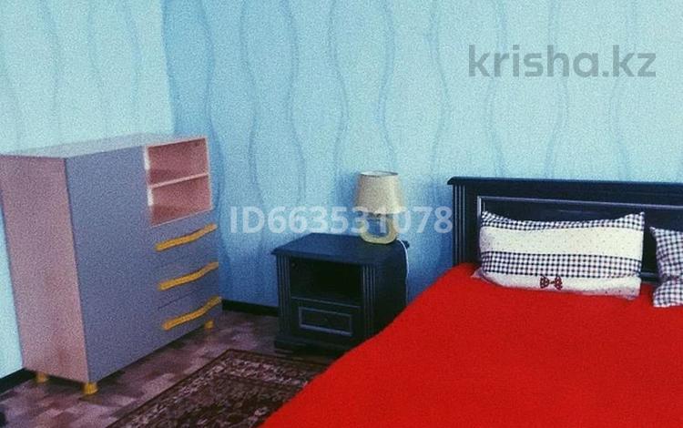 1-комнатная квартира, 50 м², 4/10 этаж посуточно, 12-й микрорайон 38 б за 7 000 〒 в Актобе