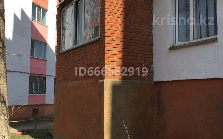 3-комнатная квартира, 53 м², 1/5 этаж, 4 микрорайон 10 за 7.5 млн 〒 в Лисаковске
