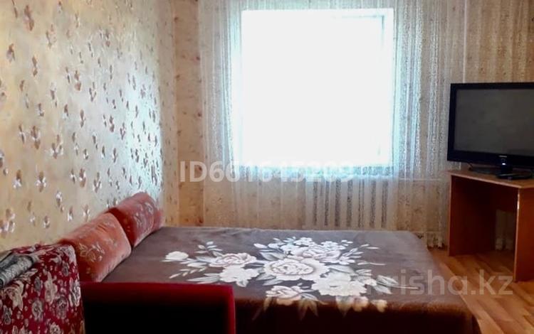 1-комнатная квартира, 42 м², 4/9 этаж по часам, 4 мкр 38 за 1 000 〒 в Уральске