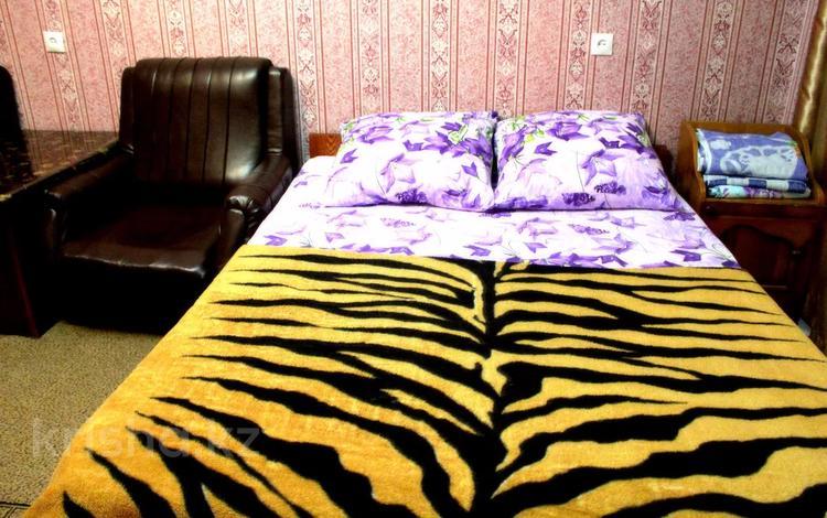 1-комнатная квартира, 35 м² по часам, Семей 27 — Ауэзова за 2 000 〒