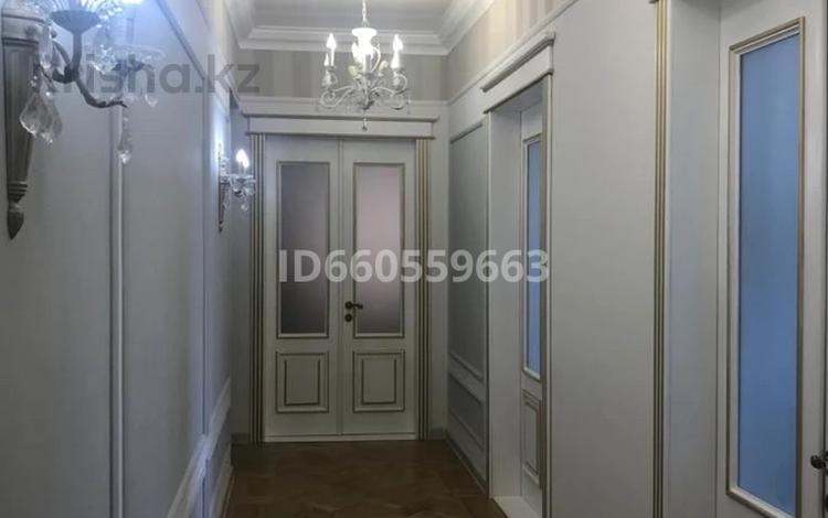 4-комнатная квартира, 105 м², 4/5 этаж помесячно, Бухар Жирау 38а за 350 000 〒 в Караганде, Казыбек би р-н