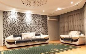 3-комнатная квартира, 100 м², 5/10 этаж посуточно, Алия Молдагулова 13 за 12 000 〒 в Актобе, мкр 5