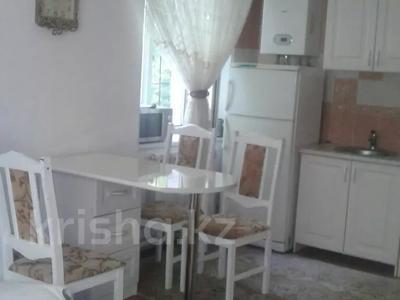 3-комнатная квартира, 80 м², 1/3 этаж посуточно, Аскарова 5 за 8 000 〒 в Шымкенте, Аль-Фарабийский р-н — фото 4