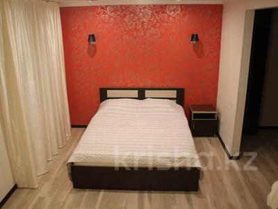 1-комнатная квартира, 35 м² посуточно, Бухар Жырау 54а — Абдирова за 8 000 〒 в Караганде, Казыбек би р-н — фото 2