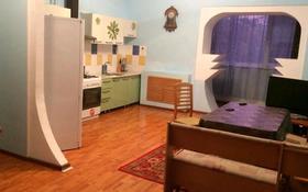 4-комнатная квартира, 200 м², 1/4 этаж помесячно, Валиханова 35 б за 150 000 〒 в Актобе, Старый город