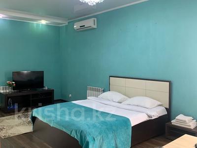 1-комнатная квартира, 45 м², 1 этаж посуточно, Победа 105 — Исаева за 15 000 〒 в Уральске