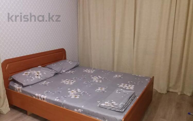 1-комнатная квартира, 32 м², 1/5 этаж посуточно, Кайсенова за 6 500 〒 в Усть-Каменогорске
