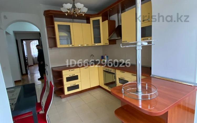 3-комнатная квартира, 100 м², 2/9 этаж помесячно, мкр Аксай-3 — Яссауи Толеби за 200 000 〒 в Алматы, Ауэзовский р-н