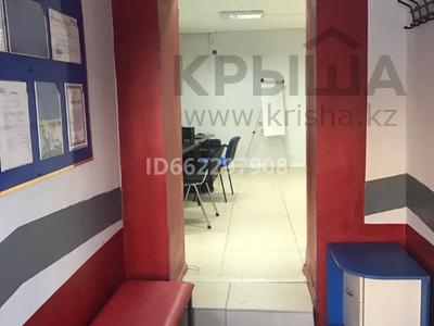 Офис площадью 80 м², Досмухамбетова 17 — Азаттык за 300 000 〒 в Атырау